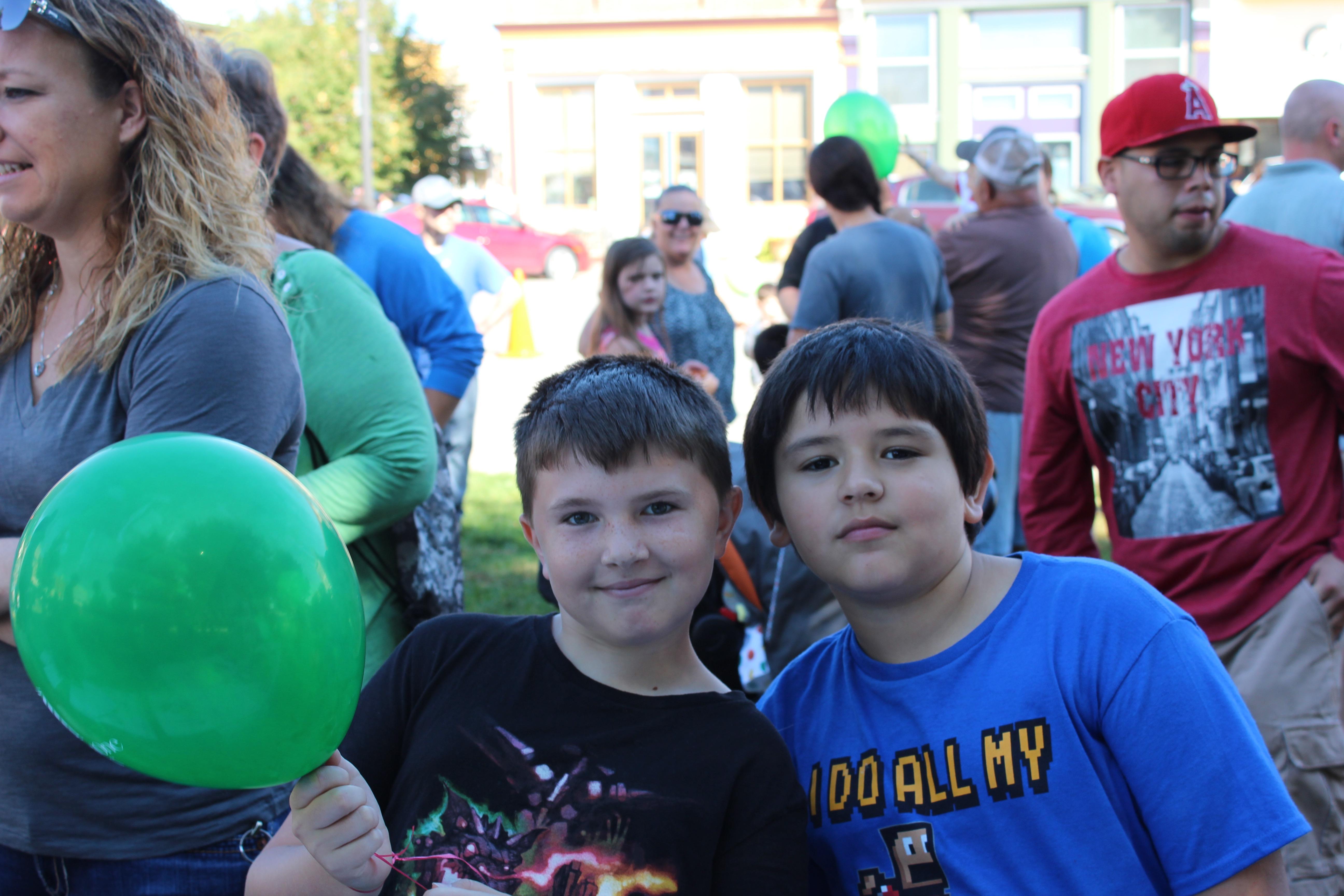 Two happy balloon recipients